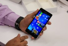 Hombre sujetando el Lumia 950 XL