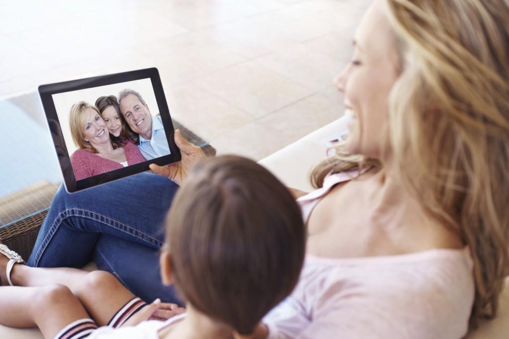 Imagen promocional de una madre y su hijo utilizando Skype en una tablet