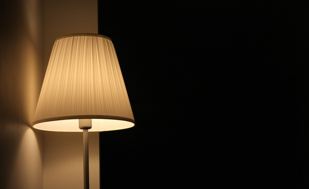Lámpara en una habitación oscura