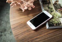 iphone SE blanco sobre una mesa de madera